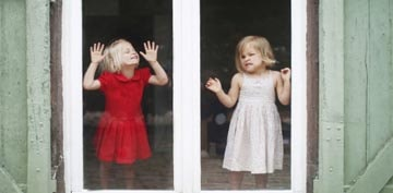 kids-on-glass-min